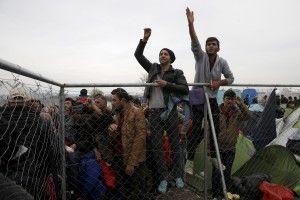 Migrants wait to cross the Greek-Macedonian border, near the village of Idomeni, Greece March 6, 2016. REUTERS/Marko Djurica - RTS9JDM