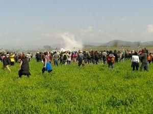 Επεισόδια μεταξύ προσφύγων και των αστυνομικών αρχών της ΠΓΔΜ βρίσκονται σε εξέλιξη στη σιδηροδρομική γραμμή στην Ειδομένη, την Κυριακή 10 Απριλίου 2016. Οι αστυνομικοί της ΠΓΔΜ κάνουν χρήση δακρυγόνων και χειροβομβίδων κρότου λάμψης, ενώ οι πρόσφυγες πετούν προς το μέρος των αστυνομικών πέτρες και διάφορα άλλα αντικείμενα. Από το πρωί εκατοντάδες πρόσφυγες άρχισαν να συγκεντρώνονται στη σιδηροδρομική γραμμή, στην ουδέτερη ζώνη Ελλάδας- ΠΓΔΜ. Η ένταση ξεκίνησε γύρω στις 11.30 το πρωί, όταν πενταμελής αντιπροσωπεία τους κινήθηκε προς τον φράκτη, στην πλευρά της ΠΓΔΜ και επιχείρησε να διαπραγματευτεί με τις αστυνομικές αρχές της γειτονικής χώρας, προκειμένου να τους επιτραπεί να περάσουν τα σύνορα και να συνεχίσουν το ταξίδι τους. Καθώς δεν υπήρξε ανταπόκριση στο αίτημα, περίπου 500 πρόσφυγες κινήθηκαν προς τον φράκτη, εξωτερικά των σιδηροδρομικών γραμμών και ακολούθησε διαμαρτυρία, ενώ από την πλευρά της αστυνομικών αρχών της ΠΓΔΜ ξεκίνησε η ρίψη δακρυγόνων. Όπως αναφέρουν οι Γιατροί Χωρίς Σύνορα, πολλοί πρόσφυγες κατέφυγαν στα ιατρεία του καταυλισμού με αναπνευστικά προβλήματα