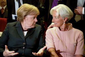 BER708 BERLÍN (ALEMANIA) 26/9/2012.- La canciller alemana, Angela Merkel (i), conversa con la directora del Fondo Monetario Internacional (FMI), la francesa Christine Lagarde (d), durante una ceremonia para homenajear al titular germano de Finanzas, Wolfgang Schäuble, por su 70 cumpleaños, celebrada en el Deutsches Theater ante la cúpula política berlinesa, incluidos los mas altos representantes de la oposición, en Berlín, Alemania, hoy, 26 de septiembre de 2012. EFE/AXEL SCHMIDT POOL