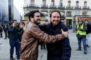 GRA358. MADRID, 09/05/2016.- Fotografía colgada por Izquierda Unida (IU) en la red social Twitter de los líderes de Podemos, Pablo Iglesias (d), y de IU, Alberto Garzón (i), dándose un abrazo en la Puerta del Sol, emblema del movimiento del 15M, con el que han anunciado el preacuerdo electoral alcanzado por ambas formaciones para presentarse a los comicios del 26 de junio. EFE/ *SOLO USO EDITORIAL*