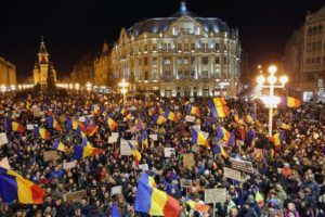 epaselect epa05771620 People shout anti-government slogans during a protest rally in Timisoara, Romania, 04 February 2017. Following mass protests, Romania's government on 04 February 2017 announced to withdraw the disputed bill passed late 31 January as a government ordinance to pardon those sentenced to jail terms shorter than five years.  EPA/SEBASTIAN TATARU