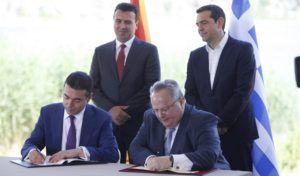"""Ο υπουργός Εξωτερικών, Νίκολα Ντιμιτρόφ (Α) και ο υπουργός Εξωτερικών, Νίκος Κοτζιάς (2Δ), παρουσία του πρωθυπουργού της ΠΓΔΜ, Ζόραν Ζάεφ (2Α) και του πρωθυπουργού της Ελλάδος, Αλέξη Τσίπρα (Δ), υπογράφουν τη συμφωνία μεταξύ Ελλάδος και ΠΓΔΜ για το ονοματολογικό της ΠΓΔΜ, στους Ψαράδες Πρεσπών, Φλώρινα, Κυριακή 17 Ιουνίου 2018. Η συμφωνία αποτελεί προϊόν μίας πολύμηνης διαπραγμάτευσης μεταξύ των δύο χωρών και κατέληξε στο όνομα """"Βόρεια Μακεδονία"""" ή """"Severna Makedonja"""". ΑΠΕ-ΜΠΕ/ ΑΠΕ-ΜΠΕ/ ΝΙΚΟΣ ΑΡΒΑΝΙΤΙΔΗΣ"""
